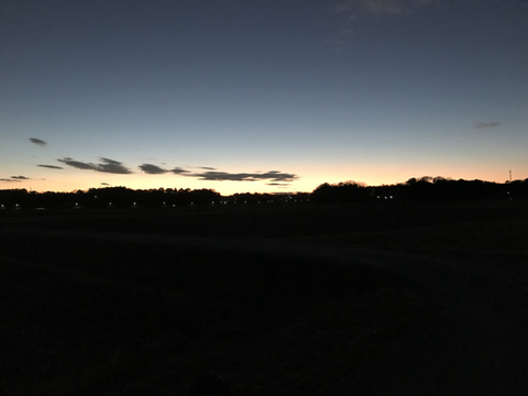 自宅裏の田んぼからの日没間際の澄んだ夕焼け空