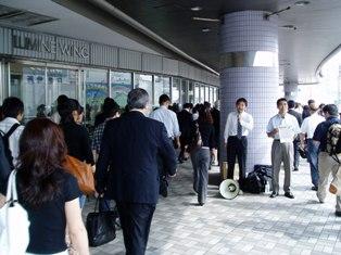 物凄い人の波です…。圧倒されそうな中、松尾さんの必死の訴えが胸に響きます。隣は横須賀市議の吉田雄人さんです。